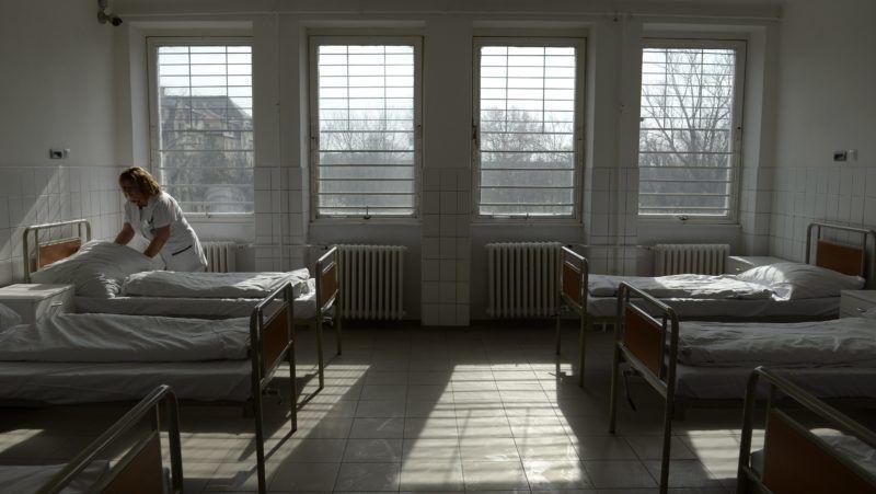 Budapest, 2016. március 11. Az ágynemût rendezi el egy ágyon egy nõvér az Egyesített Szent István és Szent László Kórház-Rendelõintézet Merényi Gusztáv Kórház felújított pszichiátriai osztályán 2016. március 11-én. A 64 ágyas pszichitáriai osztály teljes körû, a 69 ágyas pszichiátriai rehabilitációs osztály pedig részleges felújításon esett át, a beruházás 69 millió forintba került. MTI Fotó: Kovács Tamás