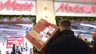 Budapest, 2017. december 27. Karácsonyi ajándékok visszaváltására várakozó vásárlók a Media Markt áruház vevõszolgálati pultjánál, a West End City Center bevásárlóközpontban 2017. december 27-én. MTI Fotó: Kovács Tamás