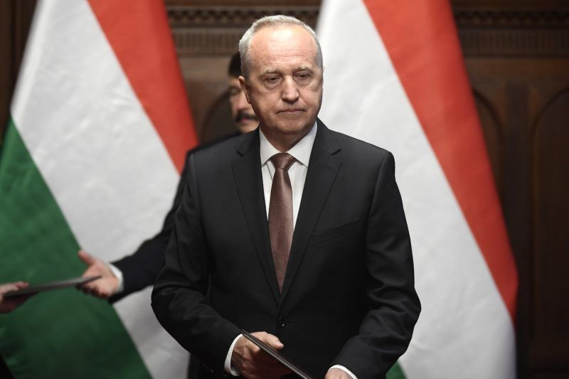 Budapest, 2018. május 22. Kontrát Károly, a Belügyminisztérium parlamenti államtitkára, miután átvette a kinevezési okmányt Áder János köztársasági elnöktõl (hátul) az Országház Gobelin-termében 2018. május 22-én. MTI Fotó: Kovács Tamás