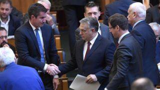 Budapest, 2018. szeptember 17. Az Országgyûlés plenáris ülésére érkezõ Orbán Viktor miniszterelnök és Kocsis Máté, a Fidesz frakcióvezetõje (b) kezet fog a Parlamentben 2018. szeptember 17-én. Mellettük Gulyás Gergely Miniszterelnökséget vezetõ miniszter (j2), Harrach Péter, a KDNP frakcióvezetõje (j) és Rogán Antal, a Miniszterelnöki Kabinetirodát vezetõ miniszter (j3). MTI Fotó: Kovács Tamás