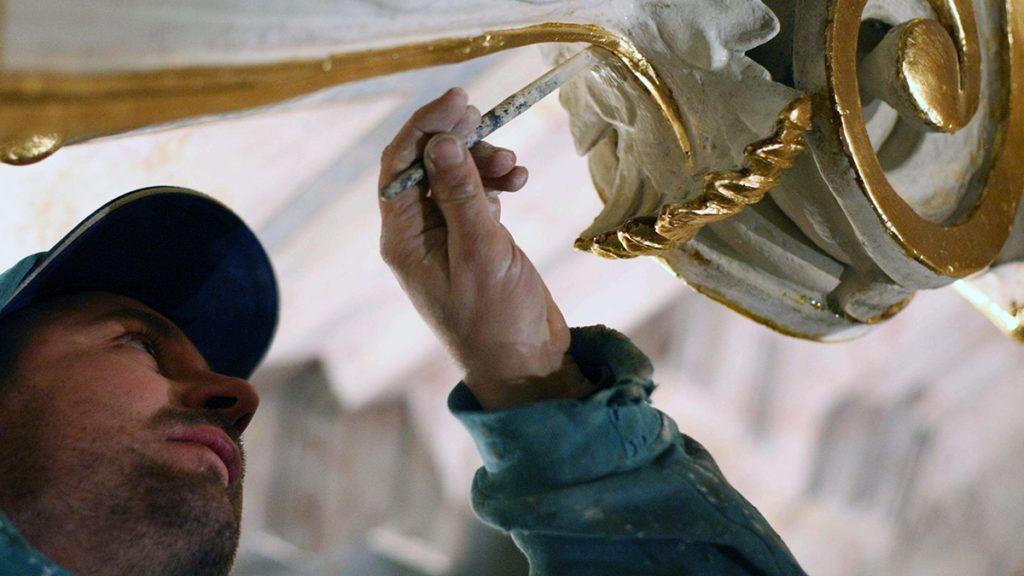 Jászberény, 2011. november 25.A restaurátorok egyike az utolsó simításokat végzi egy lehelletvékony rézlapokkal bevont, frissen metálozott oszlopfőkön a jászberényi Nagyboldogasszony főtemplomban. A gótikus stílusú, székesegyház méretű műemlék épület szakaszos felújítása 1995 óta tart. November végére a temlombelső újabb egyötöd részét restaurálják a szakemberek.MTI Fotó: Bugány János