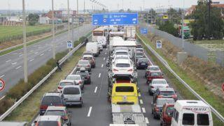 Hegyeshalom, 2015. szeptember 11. Torlódás az M1-es autópálya Bécs felé vezetõ oldalán 2015. szeptember 11-én Hegyeshalom közelében. Biztonsági okokból lezárták a nickelsdorfi (miklóshalmai) határátkelõt Ausztriában, mert illegális bevándorlók nagyobb csoportja indult útnak a A4-es autópályán. MTI Fotó: Filep István