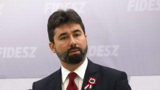 Budapest, 2017. március 15. Hidvéghi Balázs, a Fidesz kommunikációs igazgatója sajtótájékoztatót tart az 1848-49-es forradalom és szabadságharc 169. évfordulója alkalmából rendezett állami ünnepségen történtekrõl a Fidesz központi hivatalában 2017. március 15-én. MTI Fotó: Kallos Bea
