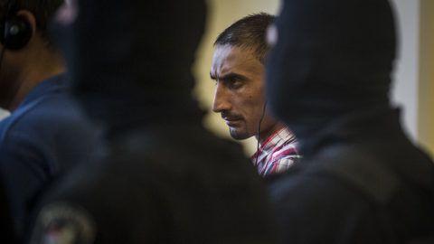 Kecskemét, 2018. június 14.Az elsőrendű vádlott L. S. az ellene és tizenhárom társa ellen emberölés, embercsempészés, életveszélyt okozó testi sértés bűntette miatt indult büntetőper tárgyalásán a Kecskeméti Törvényszéken 2018. június 14-én. Első fokon 25 év fegyházbüntetéssel sújtotta a Kecskeméti Törvényszék azt a négy embercsempészt, aki 71 illegális bevándorló halálát okozta az úgynevezett parndorfi halálkamion ügyében.MTI Fotó: Ujvári Sándor