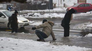 Nagykanizsa, 2017. február 1. Gyalogosok az ónos esõtõl jeges járdán Nagykanizsán, a Huszti téren 2017. február 1-jén. MTI Fotó: Varga György