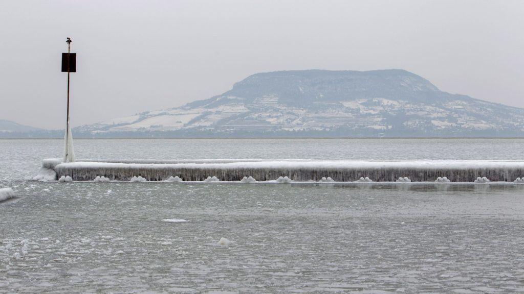 Fonyód, 2018. február 26. Jégpáncél egy mólón a fonyódi Balaton-parton 2018. február 26-án. MTI Fotó: Varga György