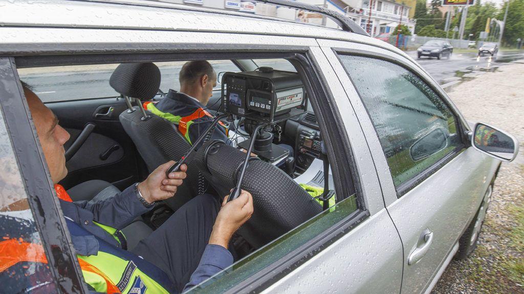 Nagykanizsa, 2018. május 14.Autósok sebességét mérik rendőrök a Speedmarathon elnevezésű közlekedésbiztonsági ellenőrzési akcióban Nagykanizsán a Balatoni úton 2018. május 14-én.MTI Fotó: Varga György