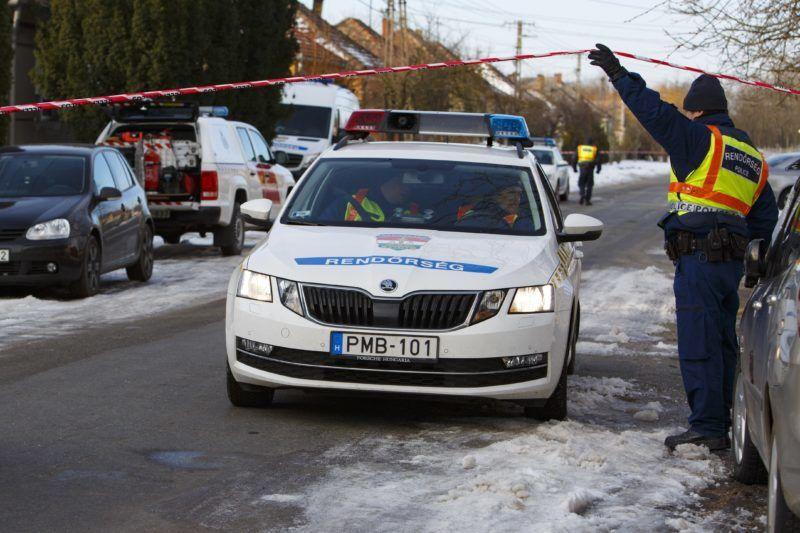 Káptalanfa, 2019. január 11. Rendõrök 2019. január 11-én a Veszprém megyei Káptalanfán, a Petõfi utcában, ahol egy embert megölt, három másikat megsebesített, majd magával is végzett egy osztrák férfi. Az 57 éves férfi január 10-én este jelent meg hazaköltözött élettársa szüleinek otthonánál, ahol szóváltásba keveredett a lakókkal, majd tüzet okozott és rálõtt a családtagokra. A nõ édesapja a helyszínen életét vesztette, az élettárs és egy húga életveszélyesen megsérült, édesanyjuk súlyos sérüléseket szenvedett. Egy másik lánytestvér a tûzben sérült meg. MTI/Varga György