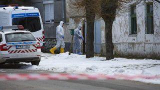 Káptalanfa, 2019. január 11.Bűnügyi helyszínelők 2019. január 11-én a Veszprém megyei Káptalanfán, a Petőfi utcában, ahol egy embert megölt, három másikat megsebesített, majd magával is végzett egy osztrák férfi. Az 57 éves férfi január 10-én este jelent meg hazaköltözött élettársa szüleinek otthonánál, ahol szóváltásba keveredett a lakókkal, majd tüzet okozott és rálőtt a családtagokra. A nő édesapja a helyszínen életét vesztette, az élettárs és egy húga életveszélyesen megsérült, édesanyjuk súlyos sérüléseket szenvedett. Egy másik lánytestvér a tűzben sérült meg.MTI/Varga György