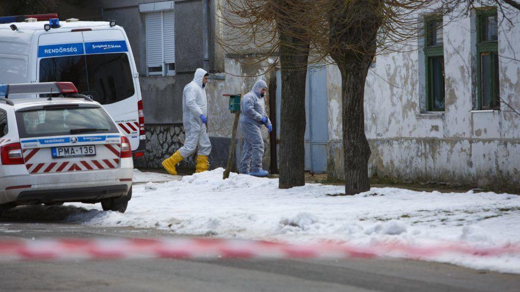 Káptalanfa, 2019. január 11. Bûnügyi helyszínelõk 2019. január 11-én a Veszprém megyei Káptalanfán, a Petõfi utcában, ahol egy embert megölt, három másikat megsebesített, majd magával is végzett egy osztrák férfi. Az 57 éves férfi január 10-én este jelent meg hazaköltözött élettársa szüleinek otthonánál, ahol szóváltásba keveredett a lakókkal, majd tüzet okozott és rálõtt a családtagokra. A nõ édesapja a helyszínen életét vesztette, az élettárs és egy húga életveszélyesen megsérült, édesanyjuk súlyos sérüléseket szenvedett. Egy másik lánytestvér a tûzben sérült meg. MTI/Varga György