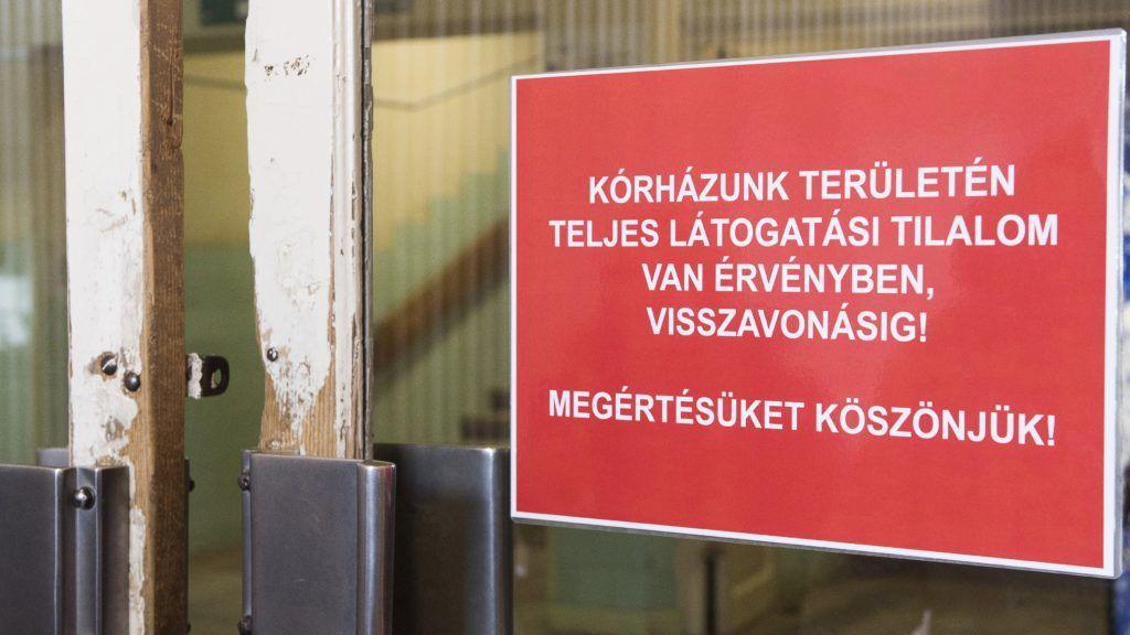 Nyíregyháza, 2017. január 24. A teljes látogatási tilalomról szóló tájékoztató a nyíregyházi Jósa András Oktatókórház bejáratán 2017. január 24-én. A Szabolcs-Szatmár-Bereg Megyében megszaporodó influenzás megbetegedések és hurutos, légúti fertõzések miatt a részleges látogatási tilalmat teljes látogatási tilalomra módosították a kórházban. MTI Fotó: Balázs Attila