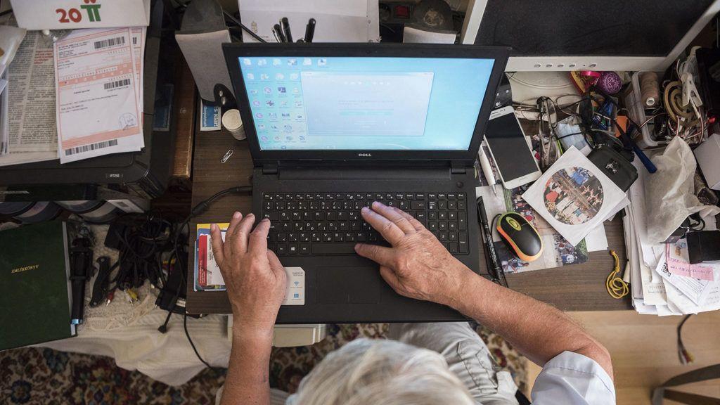 Nyíregyháza, 2018. július 26. A 74 éves Listván Attila számítógépezik nyíregyházi otthonában 2018. július 23-án. A nyugdíjas férfi több internetes csoport szervezője, a Szabolcs Táncegyüttes életét évtizedek óta dokumentálja. A családok idősebb tagjai is egyre otthonosabban mozognak a digitális világban, a netet már használó nagyszülők, dédszülők közül egyre több használ kettő vagy több internetezésre alkalmas eszközt.MTI Fotó: Balázs Attila