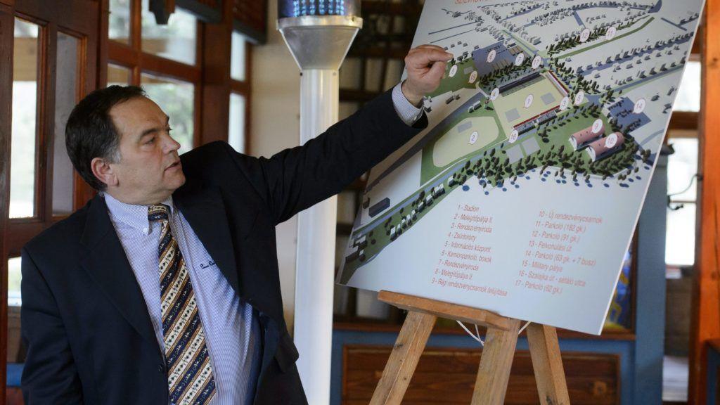 Szilvásvárad, 2013. november 13.Dallos Andor, az Állami Ménesgazdaság szilvásváradi igazgatója beszél a szilvásváradi lovas stadion átépítése kapcsán tartott sajtótájékoztatón, Szilvásváradon 2013. november 13-án. A szilvásváradi centrum fejlesztése kiemelt beruházás, amelyre közel 1,6 milliárd forintot fordít a kormány, a Nemzeti Lovarda fejlesztésére pedig további kétmilliárd forintot biztosítanak.MTI Fotó: Komka Péter