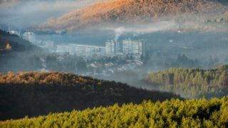Salgótarján, 2018. november 14. Talajmenti pára és füst Salgótarjánban 2018. november 14-én. A Nemzeti Népegészségügyi Központ elõzõ napi tájékoztatása szerint több településen romlott a levegõ minõsége, öt városban egészségtelennek minõsítették a levegõt a szálló por (PM10) magas koncentrációja miatt, további tizenhat településen kifogásolt volt a levegõ minõsége. MTI/Komka Péter