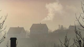 Salgótarján, 2018. november 14. Füstölõ kémény Salgótarjánban 2018. november 14-én. A Nemzeti Népegészségügyi Központ elõzõ napi tájékoztatása szerint több településen romlott a levegõ minõsége, öt városban egészségtelennek minõsítették a levegõt a szálló por (PM10) magas koncentrációja miatt, további tizenhat településen kifogásolt volt a levegõ minõsége. MTI/Komka Péter