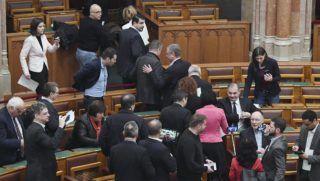Budapest, 2019. január 3. Az MSZP, a DK és a Párbeszéd parlamenti képviselõi elhagyják az üléstermet az Országgyûlés rendkívüli ülésén 2019. január 3-án. Az ülést az ellenzéki pártok, a Jobbik, az MSZP, a DK, az LMP és a Párbeszéd, valamint független képviselõk is kezdeményezték, amelynek napirendjén - az interpellációs blokk mellett - egyetlen határozati javaslat szerepel. Arató Gergely, a DK képviselõje ebben annak megállapítását kéri az Országgyûléstõl, hogy tavaly december 12-én szabálytalanul zajlott a szavazás az ülésteremben, továbbá december 16-17-én jogtalanul léptek fel az ellenzéki képviselõkkel szemben a köztelevízió székházánál tartott tüntetéseken. A kormánypártok távolmaradása miatt határozatképtelen volt a rendkívüli ülés. MTI/Koszticsák Szilárd