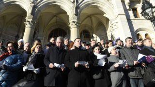 Budapest, 2019. január 3. A Jobbik, az MSZP, a DK, az LMP, a Párbeszéd, valamint a Momentum politikusai, független országgyûlési képviselõkkel kiegészülve közösen álltak ki az Országház fõlépcsõjére a kormánnyal szembeni ellenállás jegyében 2019. január 3-án. Az elsõ sorban balról jobbra: Gurmai Zita és Bangóné Borbély Ildikó, az MSZP, Gyurcsány Ferenc, a DK elnöke, frakcióvezetõje, Tóth Bertalan, az MSZP elnöke, frakcióvezetõje, Kunhalmi Ágnes, az MSZP, Szabó Tímea, a Párbeszéd társelnöke, frakcióvezetõje, Hadházy Ákos független országgyûlési képviselõ, Keresztes László Lóránt, az LMP társelnöke, frakcióvezetõ. Elõzõleg a képviselõk az Országgyûlés rendkívüli ülésén vettek részt, amely a kormánypártok távolmaradása miatt határozatképtelen volt. MTI/Koszticsák Szilárd