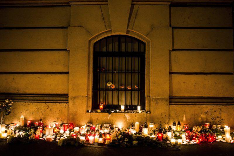 Budapest, 2017. január 21. Mécsesek égnek az elõzõ este történt buszbaleset áldozatainak emlékére a VI. kerületi Szinyei Merse Pál Gimnázium elõtt 2017. január 21-én. Egy, az iskola diákjait szállító, Franciaországból hazafelé tartó autóbusz az észak-olaszországi A4-es autópályán egy veronai csomópontnál balesetet szenvedett, majd kigyulladt. Tizenhat középiskolás diák életét vesztette, huszonhatan megsérültek. MTI Fotó: Marjai János