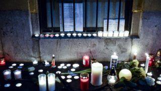 Budapest, 2017. január 21. Mécsesek égnek az elõzõ napon este történt buszbaleset áldozatainak emlékére a VI. kerületi Szinyei Merse Pál Gimnázium elõtt 2017. január 21-én. Egy az iskola diákjait szállító, Franciaországból hazafelé tartó autóbusz az észak-olaszországi A4-es autópályán egy veronai csomópontnál balesetet szenvedett, majd kigyulladt. Tizenhat középiskolás diák életét vesztette, huszonhatan megsérültek. MTI Fotó: Marjai János