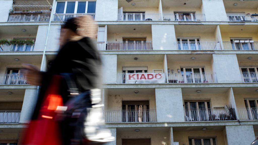 Budapest, 2011. november 28. Eladó lakást hirdetõ felirat a XIII. kerületi Pannónia utcában. A következõ 12 hónapra romlottak az ingatlanpiaci kilátások. A GKI Gazdaságkutató Zrt. októberi budapesti ingatlanpiaci hangulati indexe az elõzõ, júliusihoz képest 10,8 ponttal 92 pontra esett, de 8,2 ponttal magasabb a 2009. júliusi mélyponthoz képest. A lakóingatlanok esetében országosan 1,5 százalékos csökkenést, az iroda tekintetében 0,5 százalékos emelkedést, az üzlethelyiségek esetén 1 százalékos csökkenést prognosztizálnak. A fõvárosban az új lakások ára 1,5, a használt lakásoké 2,9, a panellakásoké 3,5-4, a családi házaké pedig 3 százalékkal csökkenhet a várakozások szerint.  MTI Fotó: Marjai János