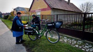 Tárkány, 2012. november 16.Postás kézbesíti egy idős nő nyugdíját Tárkányban 2012. november 16-án. A Komárom-Esztergom megyei községben időközi választást tartanak november 25-én, a polgármesteri székért 3 jelölt indul.MTI Fotó: Krizsán Csaba