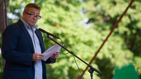 Csátalja, 2015. június 3. Bayer Zsolt író, publicista beszédet mond a trianoni békediktátum 95. évfordulója alkalmából rendezett ünnepségen Csátalján 2015. június 3-án. MTI Fotó: Borbás Mátyás