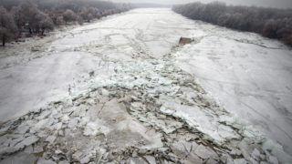 Tiszacsege, 2017. február 13. A drónnal készült felvételen a jégtáblák közé szorult tiszacsegei komp a Tiszán Tiszacsegénél 2017. február 13-án. MTI Fotó: Ruzsa István