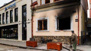 Ungvár, 2018. február 27. A Kárpátaljai Magyar Kulturális Szövetség (KMKSZ) központi irodája, amelyet ismeretlenek felgyújtottak Ungvár belvárosában 2018. február 27-én hajnalban. Az elkövetõk betörték a székház egyik ablakát, és robbanószerkezetet vagy gyújtópalackot dobtak az épületbe. MTI Fotó: Nemes János