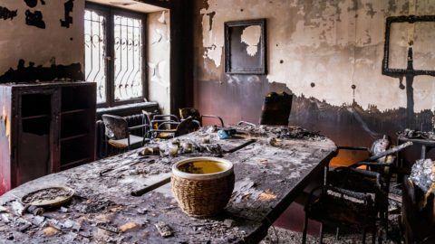 Ungvár, 2018. február 27. A Kárpátaljai Magyar Kulturális Szövetség (KMKSZ) kiégett központi irodája, amelyet ismeretlenek felgyújtották Ungvár belvárosában 2018. február 27-én hajnalban. Az elkövetõk betörték a székház egyik ablakát, és robbanószerkezetet vagy gyújtópalackot dobtak az épületbe. MTI Fotó: Nemes János