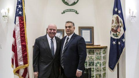 Budapest, 2018. december 6. A Miniszterelnöki Sajtóiroda által közreadott képen Orbán Viktor miniszterelnök (j) és David Cornstein, az Egyesült Államok magyarországi nagykövete a budapesti amerikai nagykövetségen 2018. december 6-án. Orbán Viktor az amerikai nagykövetségen megnyitott részvétnyilvánító könyvben tett bejegyzéssel rótta le kegyeletét George H. W. Bush volt amerikai elnök emléke elõtt. MTI/Miniszterelnöki Sajtóiroda/Szecsõdi Balázs