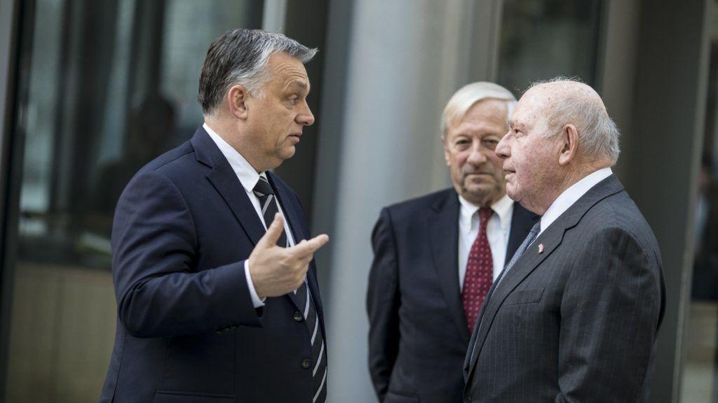 Budapest, 2018. december 6. A Miniszterelnöki Sajtóiroda által közreadott képen Orbán Viktor miniszterelnököt (b) fogadja David Cornstein, az Egyesült Államok magyarországi nagykövete (j) a budapesti amerikai nagykövetség elõtt 2018. december 6-án. Középen Megyesy Jenõ miniszterelnöki megbízott. Orbán Viktor az amerikai nagykövetségen megnyitott részvétnyilvánító könyvben tett bejegyzéssel rótta le kegyeletét George H. W. Bush volt amerikai elnök emléke elõtt. MTI/Miniszterelnöki Sajtóiroda/Szecsõdi Balázs