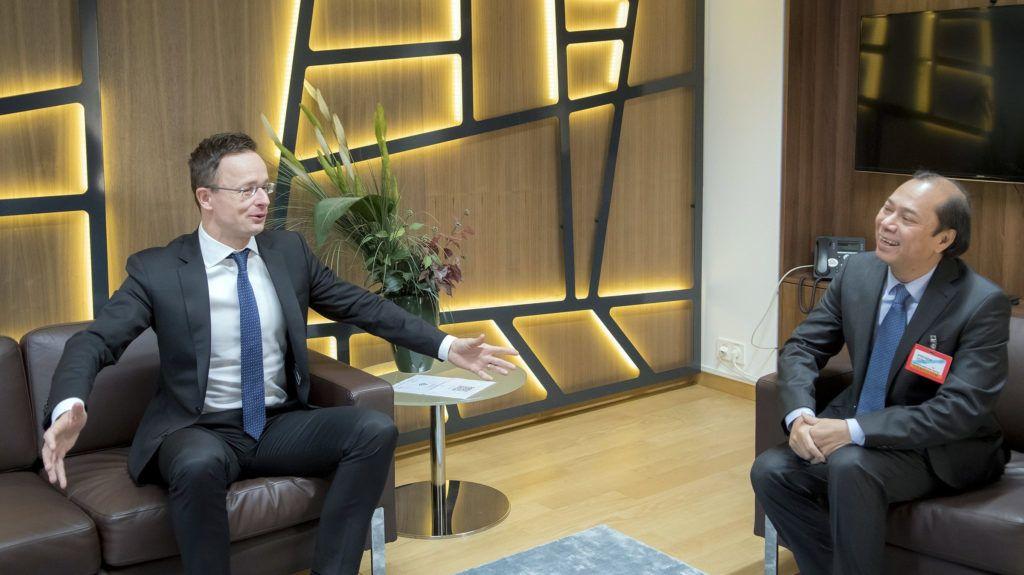 Brüsszel, 2019. január 21. A Külgazdasági és Külügyminisztérium (KKM) által közreadott képen Szijjártó Péter külgazdasági és külügyminiszter (b) és Quoc Dung Nguyen vietnámi külügyminiszter-helyettes megbeszélést folytat az EU-Délkelet-ázsiai Országok Szövetsége (ASEAN) külügyminiszteri értekezlete kapcsán Brüsszelben 2019. január 21-én. MTI/KKM/Burger Zsolt