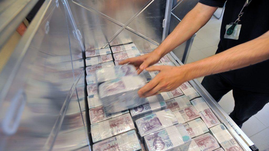 Budapest, 2011. augusztus 31. Egy dolgozó becsomagolt tízezres bankjegyeket pakol be egy konténerbe a Magyar Nemzeti Bank (MNB) Logisztikai Központjában. Igen kedvezõtlen nemzetközi összehasonlításban a pénzhamisítás magyarországi helyzete, egy millió valódi bankjegyre 2007-2010 átlagában 26 hamis pénz jutott, szemben a 8 darabos cseh, a 3 darabos román, vagy 17 darabos lengyel átlaggal. Az MNB készülékenként maximum 20 ezer forinttal támogatja  a kiskereskedelmi és vendéglátóipari vállalkozásokat a legmodernebb bankjegyvizsgáló UV-AC lámpák beszerzésében. MTI Fotó: Máthé Zoltán