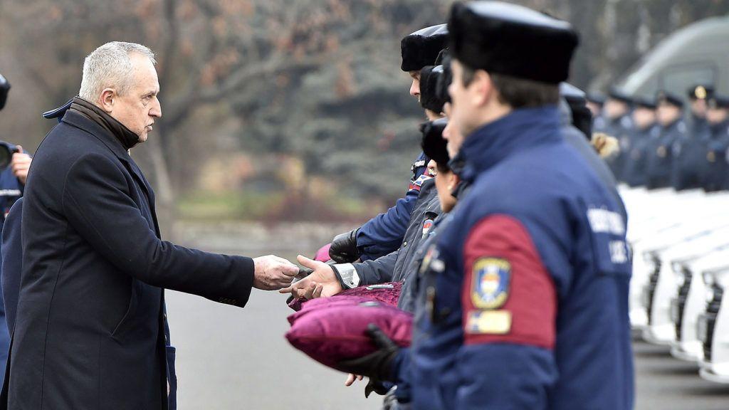 Budapest, 2017. december 21.Kontrát Károly, a Belügyminisztérium parlamenti államtitkára jelképesen átadja a rendőrség új szolgálati gépjárművei kulcsait a Készenléti Rendőrség budapesti központjában 2017. december 21-én. Több mint 33 milliárd forintból 2600 új szolgálati gépkocsit szerzett be a rendőrség.MTI Fotó: Máthé Zoltán