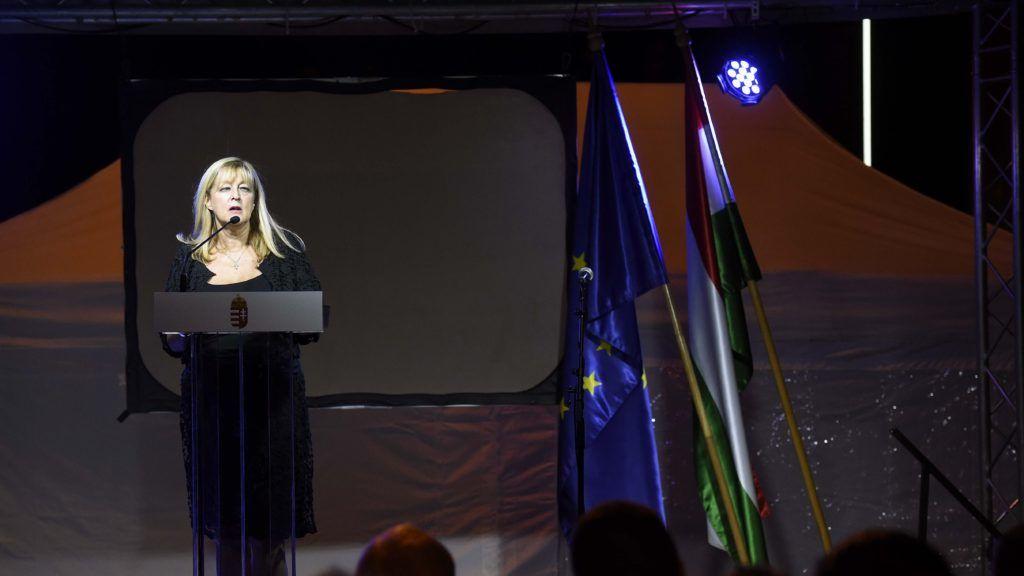 Budapest, 2018. augusztus 23. Schmidt Mária, a budapesti Terror Háza Múzeum fõigazgatója beszédet mond a totalitárius diktatúrák áldozatainak európai emléknapja alkalmából szervezett séta utáni rendezvényen a múzeumnál 2018. augusztus 23-án. MTI Fotó: Bruzák Noémi