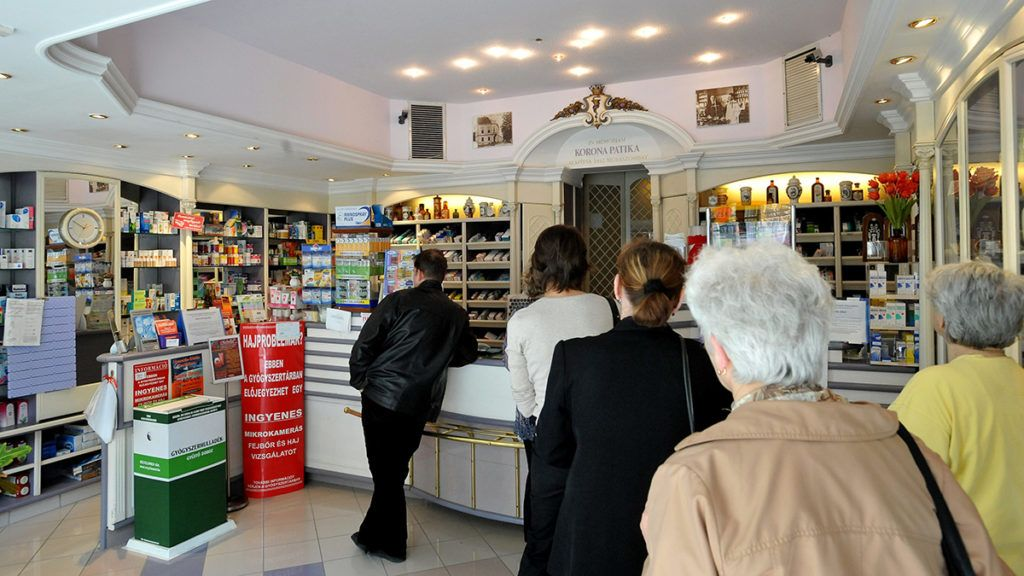 Budapest, 2011. április 7.Sorban álló vásárlók a II. kerületi Korona patikában, Budapesten. Az Országos Egészségbiztosítási Pénztár (OEP) rendkívüli, hóközi ármódosításának eredményeként április 16-tól átlagosan 30 százalékkal olcsóbb lesz a Medico Uno gyógyszercég 32 készítménye. A rendkívüli módosításra azért volt szükség, mert az április elsejével kihirdetett támogatotti lista kialakítása idején az Országos Gyógyszerészeti Intézet (OGYI) a Medico Uno ellen eljárást indított, ezért annak még márciusban beadott árcsökkentési ajánlatait csak most vette figyelembe az OEP, miután a cég bírósági úton megtámadta az OGYI határozatát.MTI Fotó: Soós Lajos