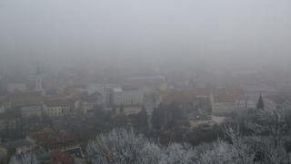 Miskolc, 2017. január 2. Miskolc belvárosa 2017. január 2-án. Miskolcon tovább romlott a levegõ minõsége, a szálló por koncentrációja átlépte a tájékoztatási küszöbértéket, ezért a város polgármestere elrendelte a füstködriadó tájékoztatási fokozatát. MTI Fotó: Vajda János