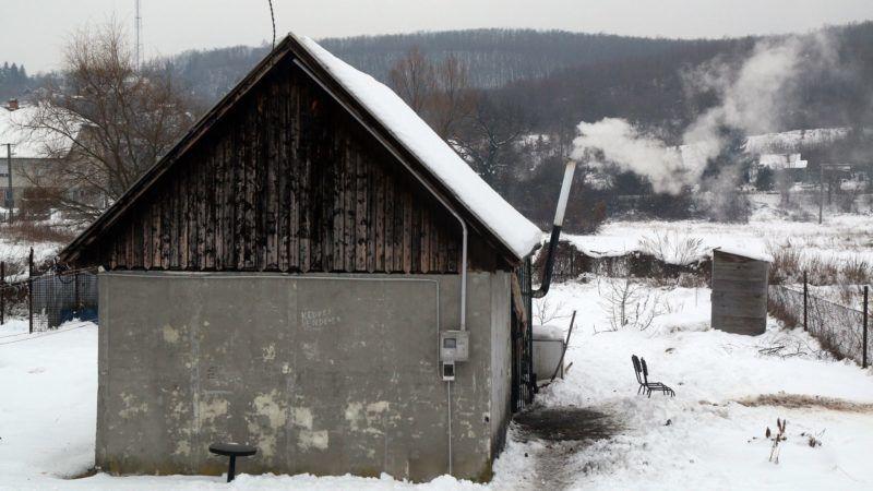 Miskolc, 2017. január 23. Füst száll fel Miskolcon egy Lyukóbányai úti ház kéményébõl 2017. január 23-án. A városban január 22-én elrendelték a szmogriadó riasztási fokozatát. MTI Fotó: Vajda János