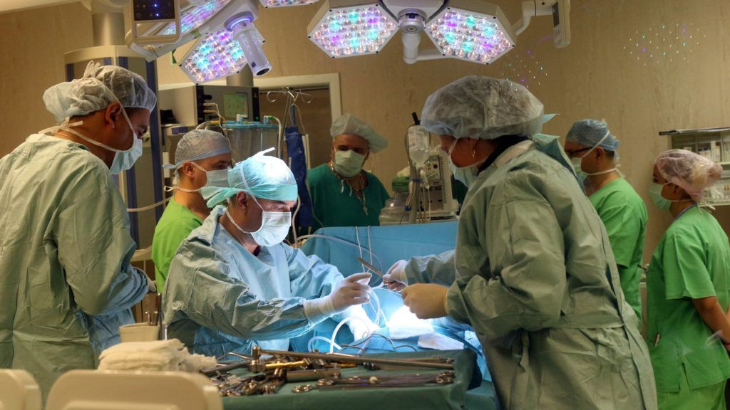 Miskolc, 2018. december 6. Demeter Béla fõorvos (b3) gerincmûtétet végez a Borsod-Abaúj-Zemplén Megyei Központi Kórház és Egyetemi Oktatókórház Idegsebészeti Osztályán az egészségügyi intézményben új mûtéti eljárással 2018. december 6-án. Az új feltárási módszerrel egy speciálisan kiképzett, csigolyaközi résbe alkalmas, távtartó (cage) bevezetése után minimálisan invazív technikával az érintett gerincszakasz rögzítését (fixációját) végzik el. MTI/Vajda János