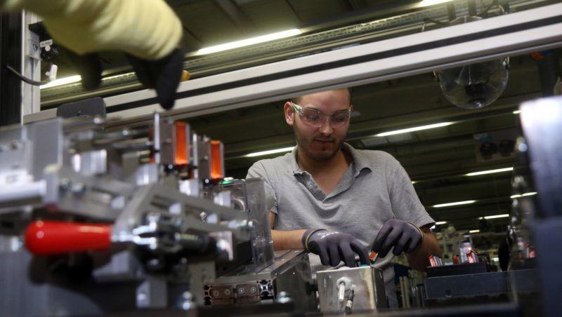 Miskolc, 2019. január 11. Munkás dolgozik eBike motor gyártósorán a német Bosch konszern miskolci autóipari gyárában, a Robert Bosch Energy and Body Systems Kft.-ben 2019. január 11-én. A kft-ben 2021-ig tartó projekt keretében egyebek mellett új generációs termékek gyártósorait és tesztberendezéseket telepítenek. A kormány a 14,1 milliárd forintos beruházáshoz 2,65 milliárd forint vissza nem térítendõ támogatást nyújt. MTI/Vajda János