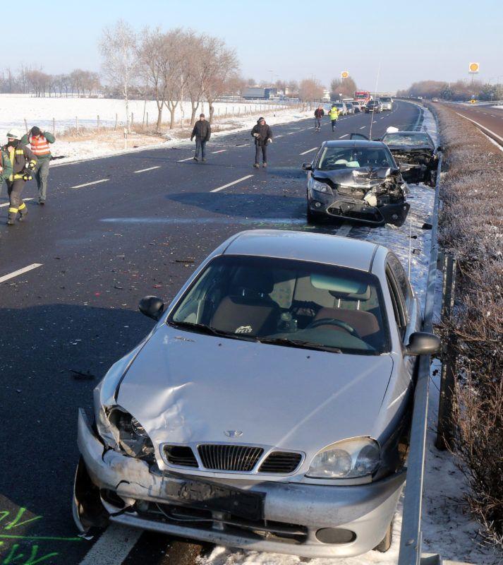 Mezõkeresztes, 2019. január 21. Összeroncsolódott személyautók az M3-as autópályán, Mezõkeresztes térségében 2019. január 21-én. Az autópálya Budapest felé vezetõ oldalán, a geleji pihenõ közelében nyolc személygépkocsi rohant egymásba. Az elsõdleges információk szerint a balesetben hárman meghaltak, ketten életveszélyesen, négyen könnyebben megsérültek. MTI/Vajda János