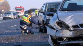 Mezõkeresztes, 2019. január 21. Összeroncsolódott személyautó mellett dolgoznak rendõrök az M3-as autópályán, Mezõkeresztes térségében 2019. január 21-én. Az autópálya Budapest felé vezetõ oldalán, a geleji pihenõ közelében nyolc személygépkocsi rohant egymásba. Az elsõdleges információk szerint a balesetben hárman meghaltak, ketten életveszélyesen, négyen könnyebben megsérültek. MTI/Vajda János