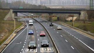 Törökbálint, 2013. december 15. Az M0-ás autóút M1 és M7 közötti szakasza 2013. december 15-én. Az M0 déli szektorához tartozó, eddig a kétpályásításból kimaradt, mintegy három kilométeres szakaszának megépítésére írt ki nyílt közbeszerzést a Nemzeti Infrastruktúra Fejlesztõ (NIF) Zrt. A háromsávúsítást eredetileg a szakasz mellett lévõ Tópark (a háttérben) beruházója, a Walker and Williams Group vállalta, de a vegyes ingatlanfejlesztés csõdbe ment. MTI Fotó: Beliczay László