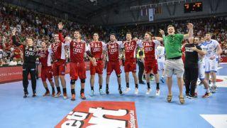 Veszprém, 2018. június 13.A magyar férfi kézilabda-válogatott tagjai ünnepelnek a Veszprém Arénában 2018. június 13-án. A csapat az idegenbeli 29-24-es győzelme után a visszavágón 26-22-re kikapott a szlovén együttestől, és ezzel kijutott az olimpiai kvalifikációs világbajnokságra.MTI Fotó: Bodnár Boglárka