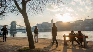 Budapest, 2018. január 6. Járókelõk a tavaszias idõben Budapesten, a idõsebb Antall József rakparton 2018. január 6-án. Az év elsõ hétvégéjén is folytatódott a szokatlanul enyhe téli idõ, megdõlt az országos napi melegrekord, az ország több pontján 17 Celsius-fokot is mértek. MTI Fotó: Balogh Zoltán