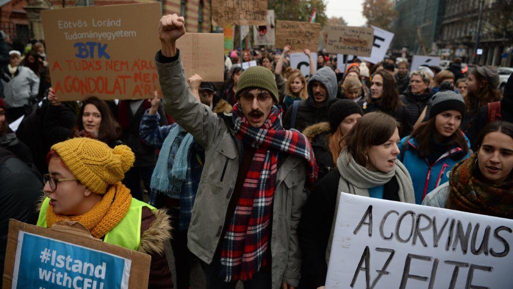 Akár 70 oktatót is elküldhetnek az ELTE két karáról
