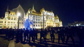 Budapest, 2018. december 12. Rendõrök kiszorítják az ellenzéki pártok kezdeményezésére a munka törvénykönyvének módosítása ellen indult tüntetés résztvevõit a Parlament elõtti Kossuth téren 2018. december 12-én. MTI/Balogh Zoltán
