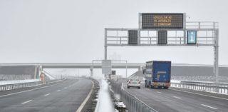 Berettyóújfalu, 2018. december 20. Gépjármûvek közlekedik az M4-es autópálya elsõ szakaszán, Berettyóújfalu közelében az átadás napján, 2018. december 20-án. Ezen a napon adták az M35-ös autópálya befejezõ, 481. számú fõút és Berettyóújfalu közötti szakaszát is. Az összesen 23 kilométer hosszú két pályaszakasz 62 milliárd forint európai uniós forrás felhasználásával, a magyar állam társfinanszírozásával valósult meg. MTI/Czeglédi Zsolt