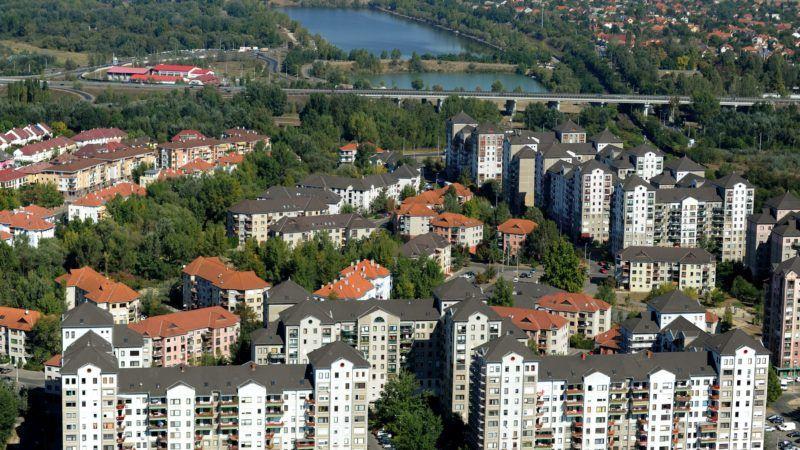 Budapest, 2011. október 1. A káposztásmegyeri lakótelep házai, a háttérben az M0-ás északi Duna-hídja, a Megyeri híd részlete. MTI Fotó: H. Szabó Sándor