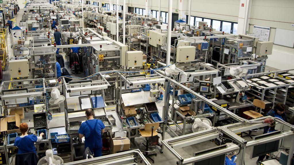 Sopronkövesd, 2015. február 23. Összeszerelõ csarnok az Autoliv Ipari és Kereskedelmi Kft. sopronkövesdi üzemében 2015. február 23-án. A cég, amelynél kormányzati támogatással 700 munkahely létesül, autókba szerelhetõ biztonsági övek gyártásával foglalkozik. A fejlesztéssel, amelyet ezen a napon jelentettek be Budapesten, a Külgazdasági és Külügyminisztériumban, Európa legnagyobb biztonságiöv-gyára lesz a sopronkövesdi. MTI Fotó: Krizsán Csaba